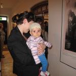 Najmłodsi zwiedzający wystawę.