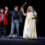 Motty Awebuch z aktorami swojego spektaklu